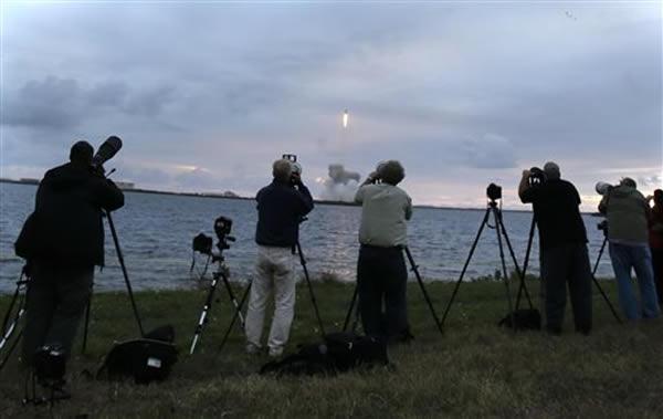 大批民众在场观看火箭升空