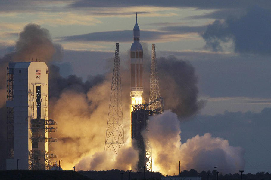 """美国宇航局在北京时间12月5日晚成功发射了""""猎户座""""宇宙飞船,本次无人测试的飞行时间为4.5小时,目前该飞船已经回到地球。这是阿波罗计划以来第一艘突破近地轨道的"""