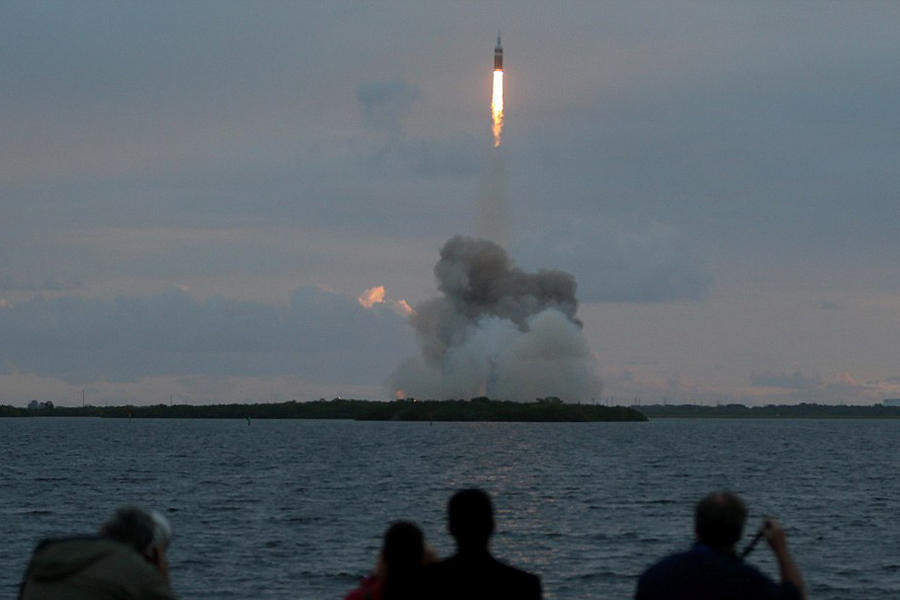 """值得注意的是,""""猎户座""""宇宙飞船也穿过了地球周围的辐射带,这是一圈围绕在地球周围的高能粒子带。美国宇航局的科学家试图通过""""猎户座""""宇宙飞船的数据了解穿过范"""