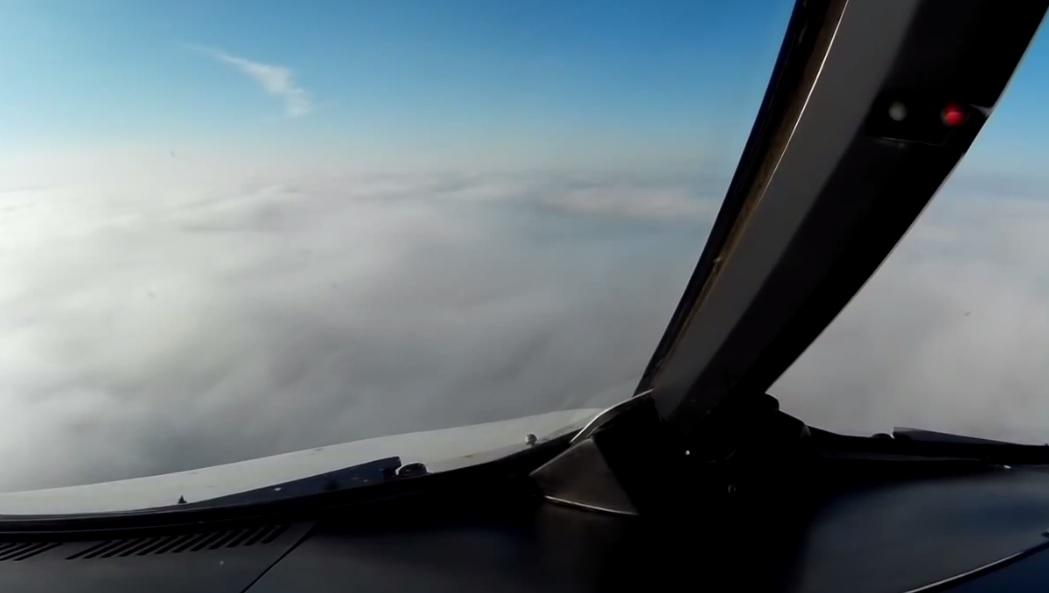 飞机飞抵都柏林机场上空时,驾驶舱外望只见一片浓雾。