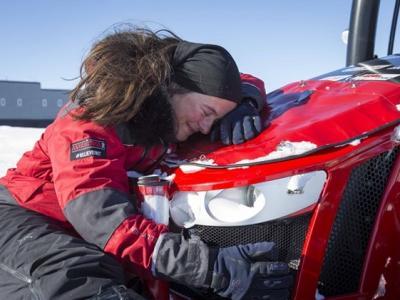 荷兰女冒险家圆10年梦驾拖拉机抵达南极