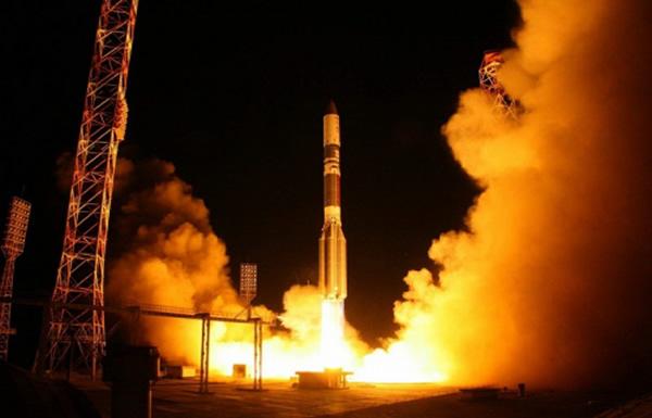 """俄罗斯的""""质子-M""""运载火箭携带""""亚马尔-401""""通信卫星发射升空"""