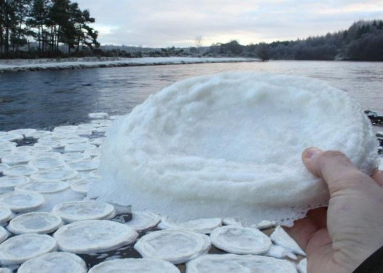 """苏格兰河流现奇景 水面满布圆圆""""冰饼"""""""