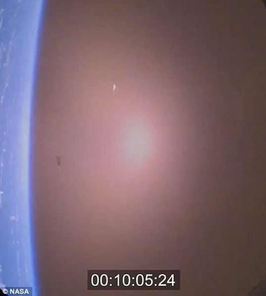 """图中显示的为""""猎户座""""宇宙飞船降落前10分钟的情景"""