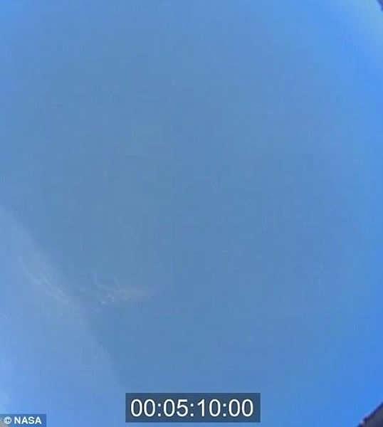 着陆最后的5分钟,我们可以通过飞船上的摄像机拍摄到地球上的蓝天,但此时距离降落伞打开还有一段时间,飞船仍然通过气动效应达到减速的目的。