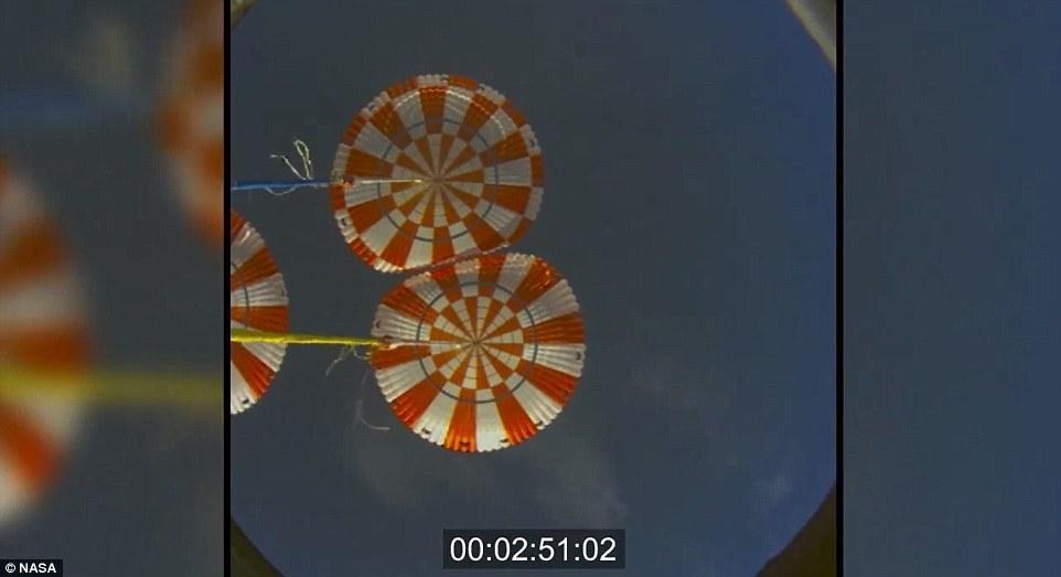 """距离溅落最后的3分钟左右,""""猎户座""""宇宙飞船的降落伞打开,飞船的速度将出现较大的变化,进一步减速后能够满足飞船溅落海面的要求。美国宇航局的人员和美国海军两栖登陆"""