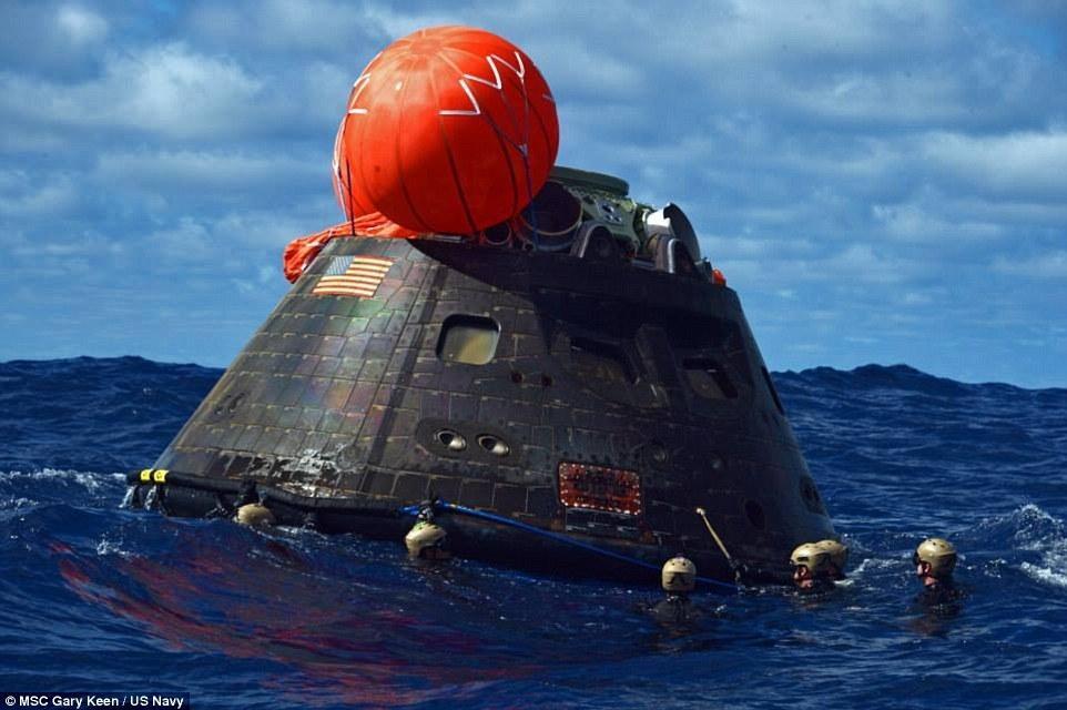 """在海面上漂浮的""""猎户座""""宇宙飞船,图中可以清楚看到飞船表面覆盖的隔热装置,也能够窥视出飞船的制造工艺水平。"""