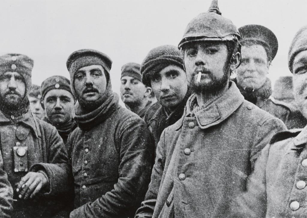 1914年, 在比利时普卢赫斯泰尔特附近的耶诞休战期间,德军与英军士兵合影。