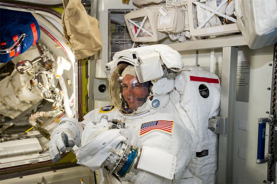 NASA宇航员里德·怀斯曼在出舱行走前进行检查。