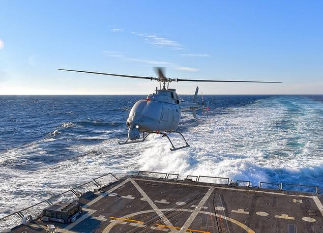 MQ-8C成功从军舰升降  MQ-8C是美军新款无人直升机  船员为MQ-8C测试作准备