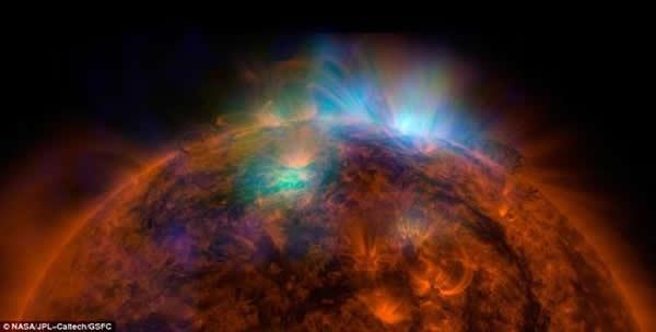 美国宇航局的核光谱望远镜阵列拍摄的太阳照片与太阳动力学天文台拍摄的照片重叠后形成的图像,展示了壮观的X射线流。核光谱望远镜阵列获取的数据为绿色和蓝色,揭示了太阳