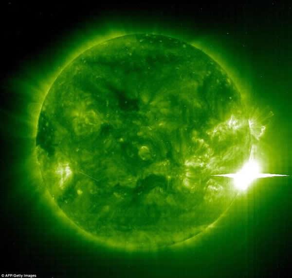 2003年11月4日拍摄的照片,展示了巨型太阳黑子486(右下)。太阳黑子486产生一次猛烈的耀斑。此次大爆发发生后不久,致电离辐射袭击地球大气层,导致北美洲出