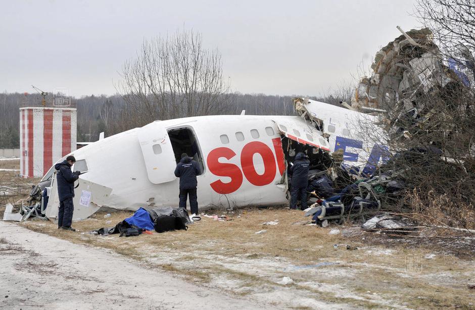 俄罗斯客机冲出跑道 167人死里逃生