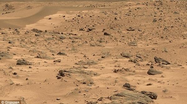 这是火星表面的原始照片。它是勇气号火星车从赫斯本德山顶峰哥伦比亚丘陵一个地点拍摄的一张全景照。