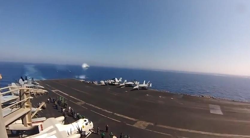 战机像子弹般飞近航母。