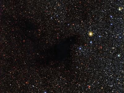 """欧洲太空天文台公布巨蛇座巨型暗星云""""林德暗星云483""""(LDN 483)图像"""