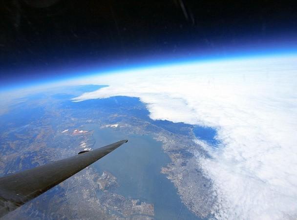 从7万呎高空拍摄,与云层的距离比与陆地更近。