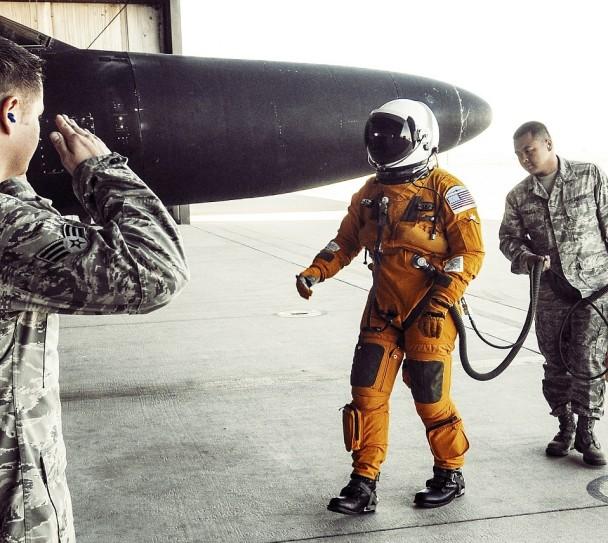 迈克尔穿上大量装备才能登机,不比太空人容易。