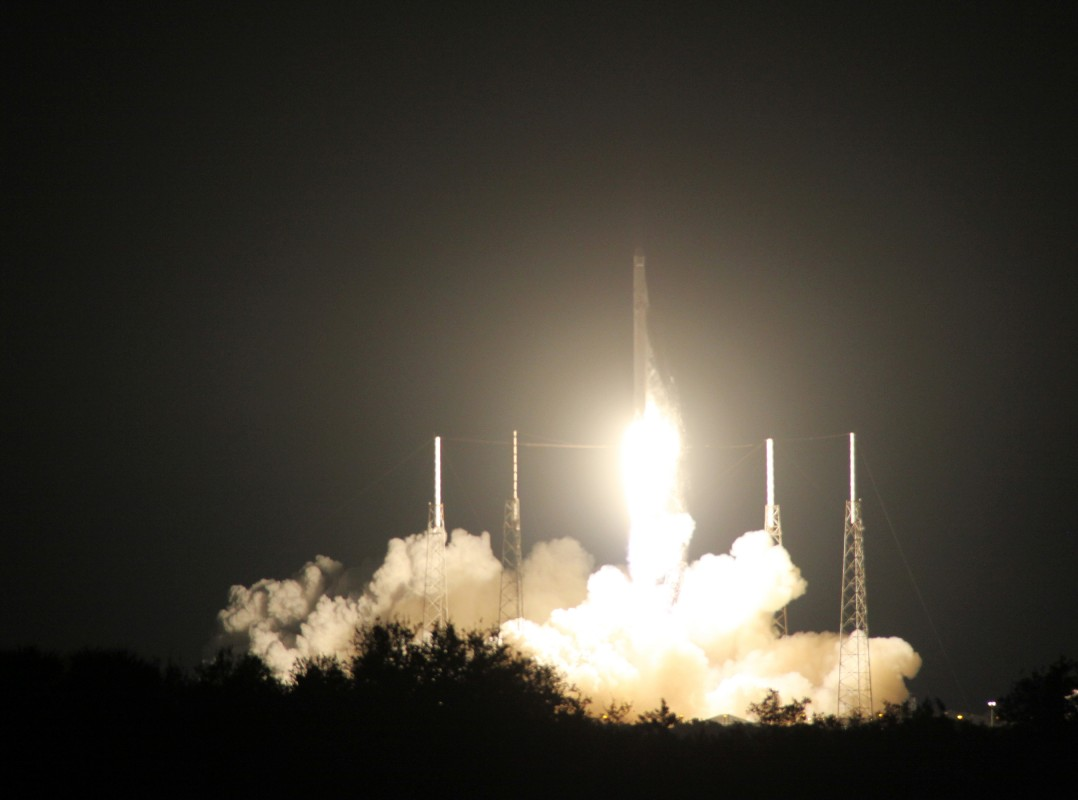 """SpaceX的""""猎鹰9号""""火箭发射升空"""