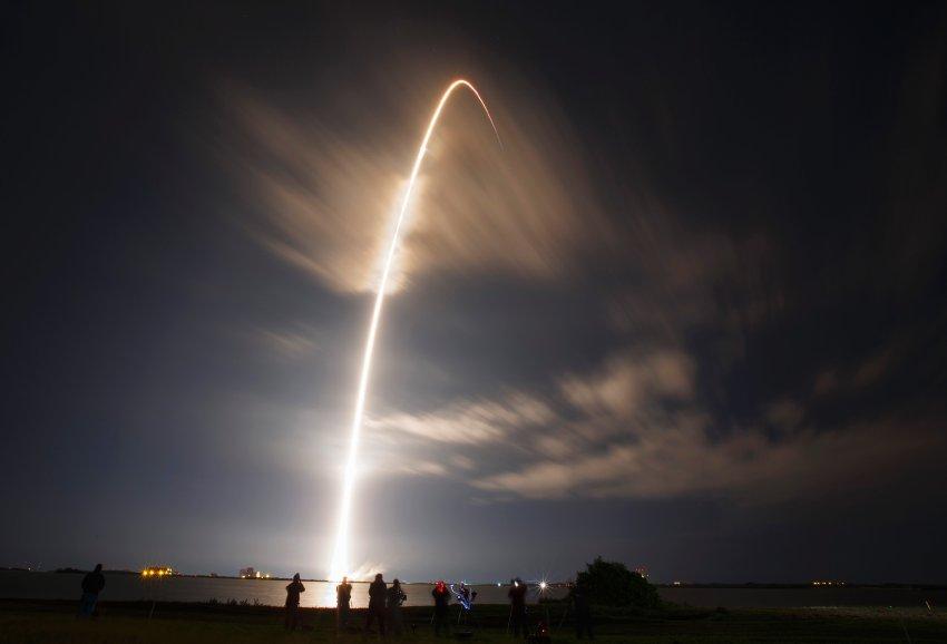 """美国太空探索技术公司""""猎鹰""""九号火箭发射升空"""
