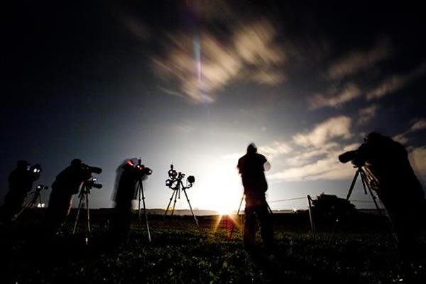 大批记者拍摄火箭升空一刻