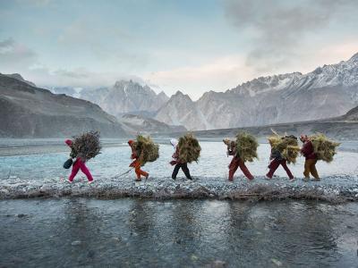 瓦罕族妇女穿过巴基斯坦亨札谷地的河床