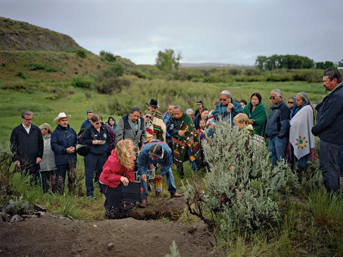 部落领袖聚集在蒙大拿州,重新埋葬有1万2600年历史的男童骸骨。这个小男孩被称为「安吉克小孩」,他的DNA证实了现代的美洲原住民是最早期美洲居民的直接后裔。 P