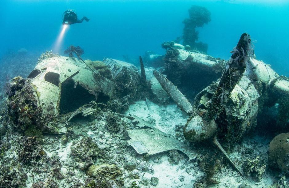 在特鲁克泻湖湖底,沉睡着40多艘日本舰艇和250架飞机。