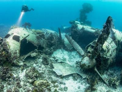 西太平洋的特鲁克泻湖湖底沉睡着二战时期数十艘日本舰船和上百架飞机