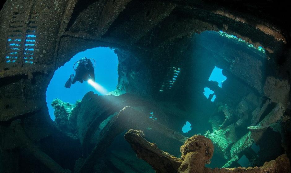 一名潜水员潜入特鲁克泻湖湖底