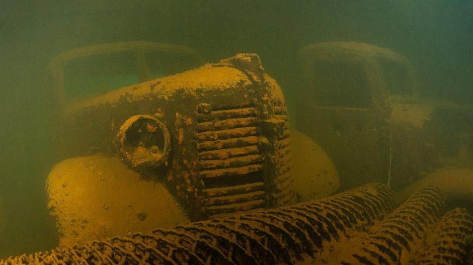 """""""伯耆丸""""号被一枚鱼雷击沉,上面还可看到其运载的卡车。"""
