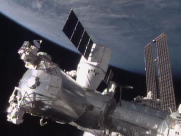 """美国加州私企""""SpaceX""""公司的""""龙""""飞船抵达国际空间站"""