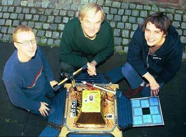"""猎兔犬-2号探测器发射前夕,英国流行乐团""""污点乐队""""成员Dave Rowntree(左)和Alex James(右)与科林·菲林格博士(中间)在一起。污点乐队创"""