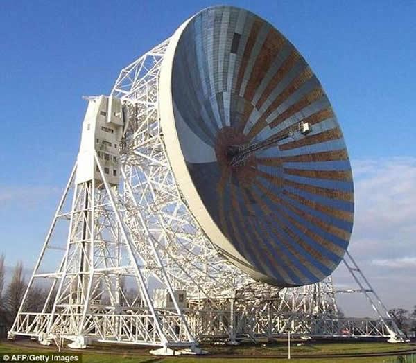 英国科学家使用位于麦克莱斯菲尔德的焦德雷班克洛弗尔望远镜搜寻猎兔犬-2号探测器的信号