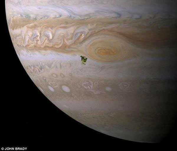 木星的直径是地球的11倍,闪电的能量则是地球的1000倍。