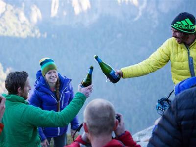 两名美国男子历史性徒手攀上优胜美地国家公园黎明之墙