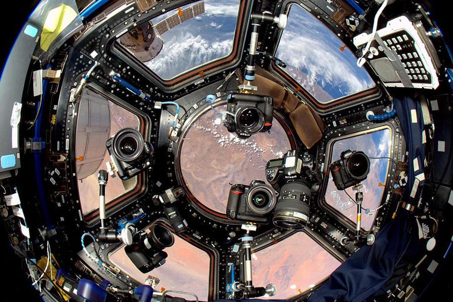 国际空间站运行在320公里左右高度的地球轨道上,宇航员在这里开展了各种科研和观测活动,其中就包括对地球的观测。为了宇航员更好地观测地球,科学家在空间站上安装了观
