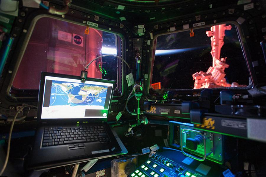 在观测穹顶上,宇航员设置了8个摄像机位,这里拍摄到大量的地球照片,其中有些是地球的夜景,从某种意义上看,这是宇航员的高科技办公室。宇航员可在这个观测窗口内拍摄到