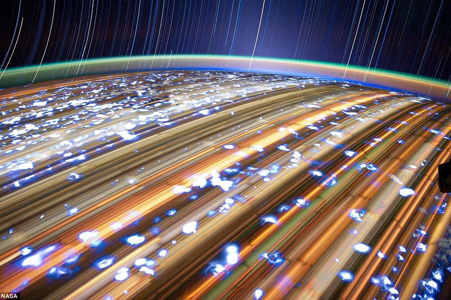 佩蒂特是美国宇航局的宇航员摄影师之一,其作品数量非常多,他花了大部分的时间在穹顶位置拍摄地球照片,试图获得最佳的地球靓照。对于佩蒂特而言,他经常使用400毫米镜