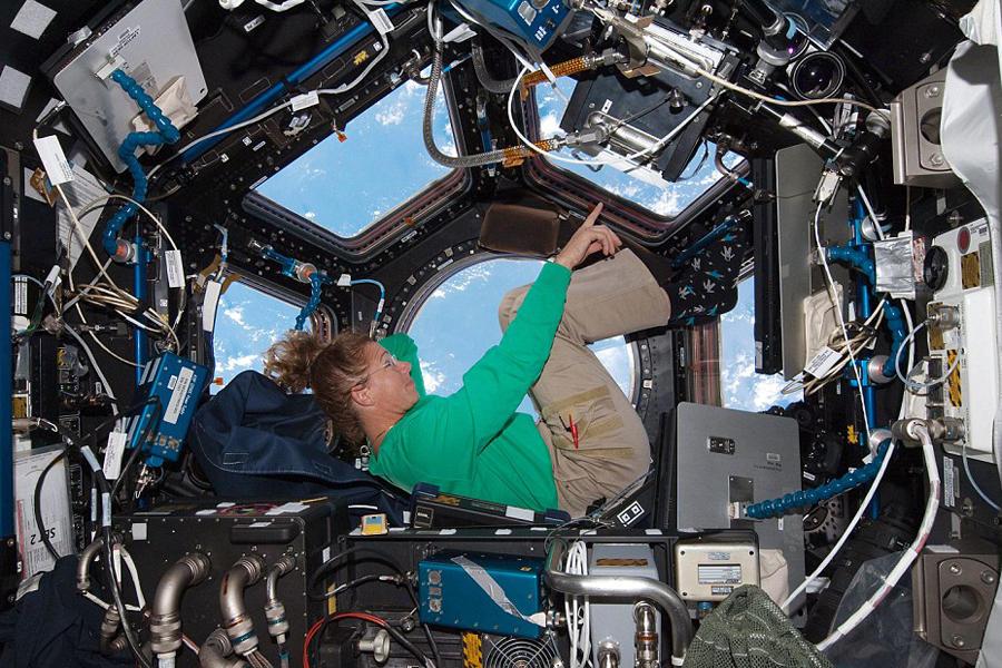 图中显示的为亚特兰蒂斯号航天飞机STS-135上的任务专家Sandy Magnus ,她正在穹顶观察窗上欣赏着地球美景。到目前为止,空间站观测地球已经有14年的