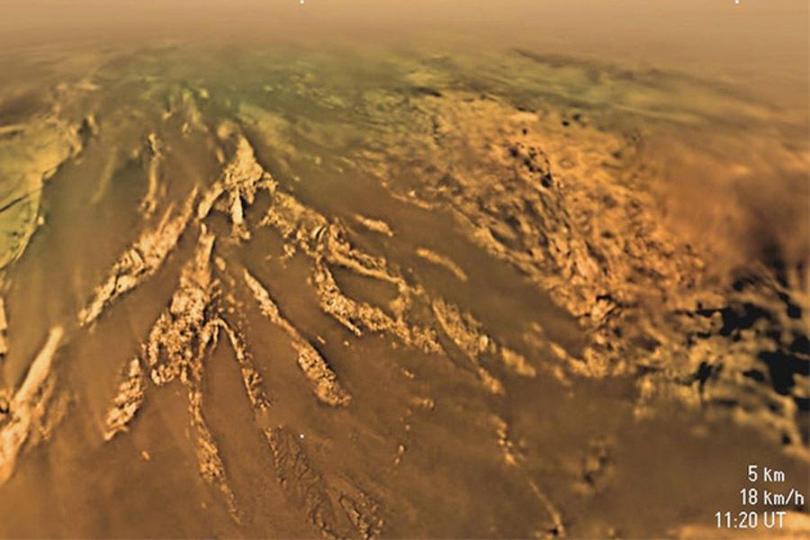在下降过程中,惠更斯探测器还拍摄到一些陌生却又似曾相识的景象,科学家分析后认为这是土卫六上的沙丘地貌,还有峡谷、湖泊,展示了一个明显的侵蚀过程,与地球上的一些地