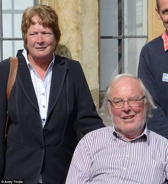 """图中左侧是朱迪思-皮林格教授,这是她与丈夫科林-皮林格的合影,科林是""""猎犬兔2号""""任务的发起者,不幸于2014年逝世。朱迪思说:""""虽然丈夫未能活着看到这一重大发"""