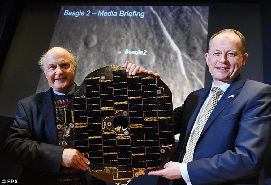 """这是""""猎犬兔2号""""的太阳能电池板,左图是马克-西姆斯博士,他是""""猎犬兔2号""""任务组成员之一;右图是英国航天局负责人大卫-帕克博士。目前已发现""""猎犬兔2号""""安全着"""