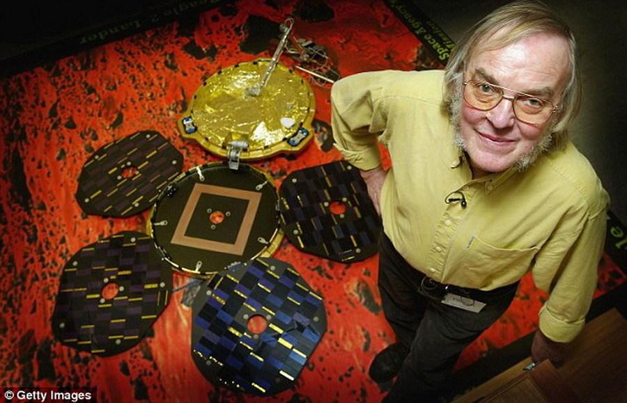 """如图,这是科林-皮林格在""""猎犬兔2号""""原型前的照片,他花费十年的时间投身于""""猎犬兔2号""""项目。"""