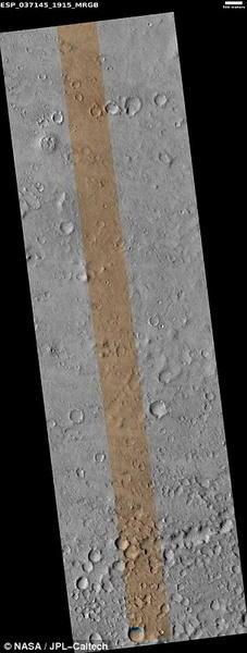 """这是火星勘测轨道飞行器拍摄的原始图像,图中条纹状火星表面是""""猎犬兔2号""""的发现地点。"""