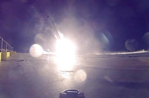 火箭以45度角跌落趸船