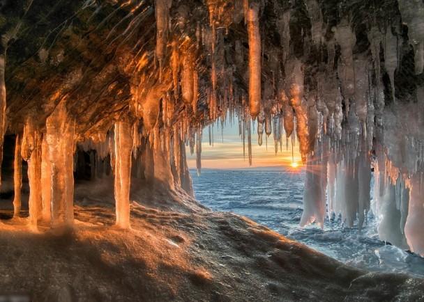 阳光照射进冰洞,份外美丽。