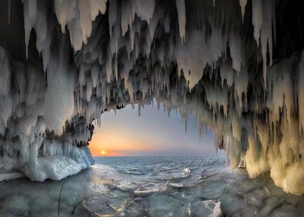 从冰洞内看着无边大海,别有一番味道。