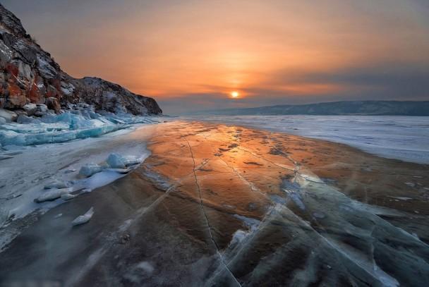 在濒临断裂的冰块上看日出,甚有诗意。