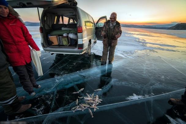格拉乔夫无惧裂痕,在冰块上行走。